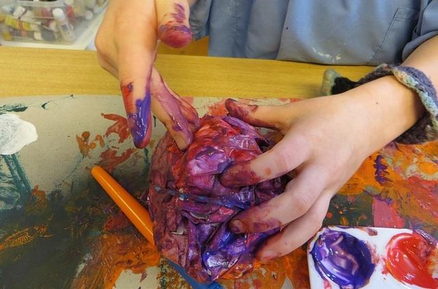 Dziecko w trakcie prac plastycznych