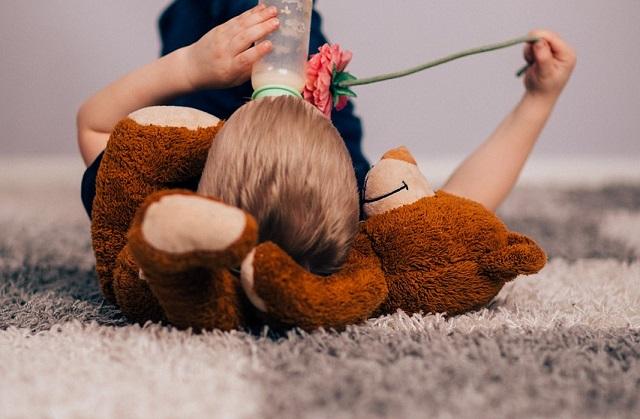 Dziecko leżące na dywanie