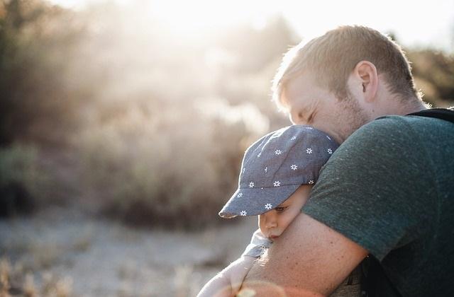 Przytuleni ojciec i dziecko