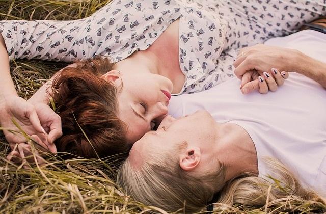 Leżąca na sianie para