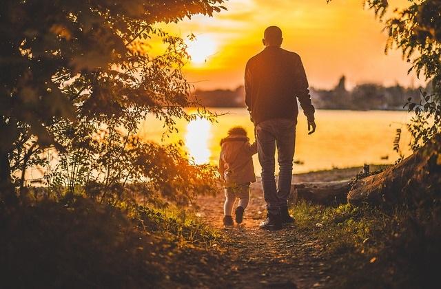 Ojciec spacerujący z dzieckiem