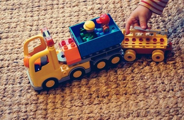 Zabawka na dywanie