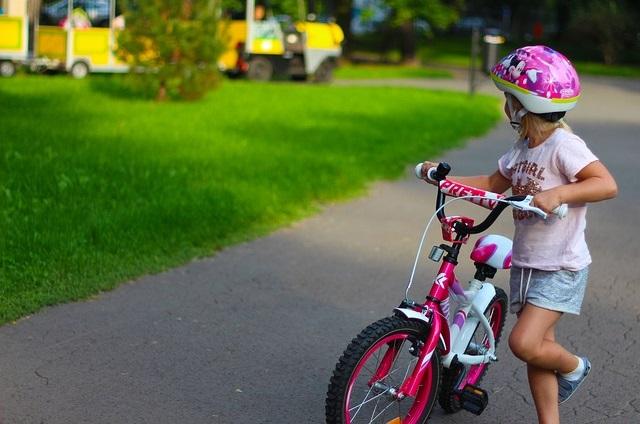 Dziewczynka z rowerem