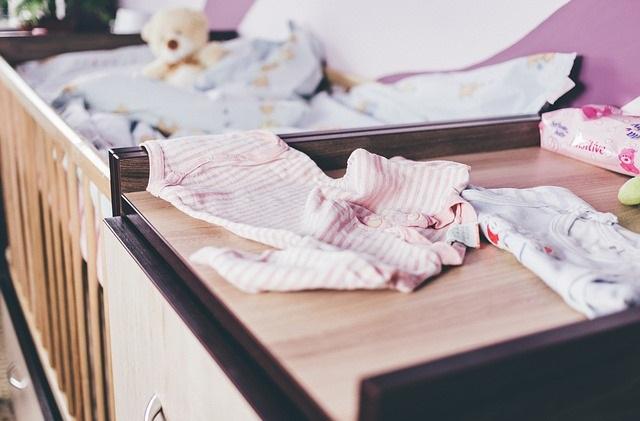 Łóżeczko dla dziecka z przewijakiem