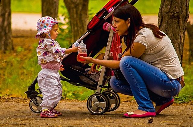 Mama z wózkiem i dzieckiem